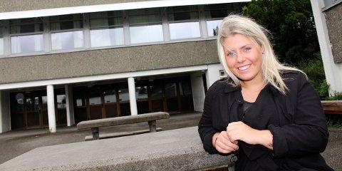 SKOLE: Martine Andrea Borthens viktigske kampsak er en bedre skolehverdag for unge som utsettes for mobbing. Borthen er Høyres ungdomskandidat i Sandnes foran høstens lokalvalg, her foran Høyland ungdomsskole på Austrått.
