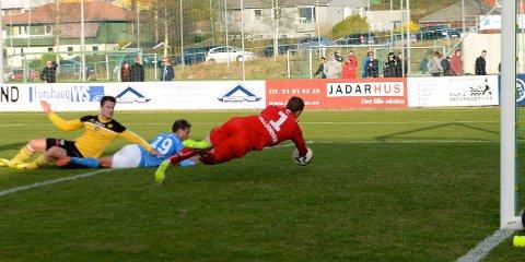 NÆR 2-2: Atle Soma kastet seg fram for å tuppe ballen i mål, men Halldorsson fikk avverget i siste liten.