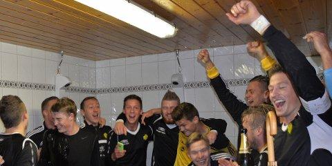 Thomas Haugland sprettet champagnen for opprykk til 3. divisjon i oktober i fjor. Skulle laget sjokkere i cupen, blir det mer å juble for.