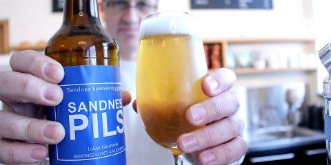 EGET ØL: «Sandnespils» er Kinokinos eget øl, brygget av bryggerimester Anders Netland og Sandnes kunst- og kulturhus. Lageren har vært i salg siden oktober i fjor.