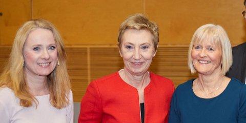 Partene presenterte lørdag formiddag forslaget til ny offentlig tjenestepensjon, som nå skal ut på uravstemning. Fra venstre arbeids- og sosialminister Anniken Hauglie, LO-nestleder Peggy Hessen Følsvik og Unio-leder Ragnhild Lied.