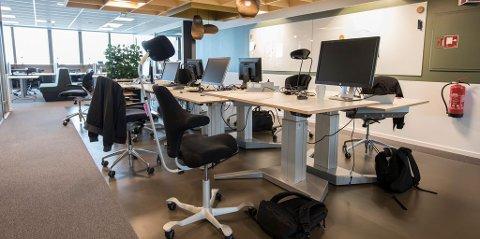 Ansatte som sitter i åpne landskap blir mindre stressa enn dem som har egne kontorer, viser en ny studie.