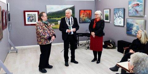 Bildetekst: Åpningsfesten på fredag fik også besøk av ordførerne. f.v. Tom Paulsen, ordfører i Hobøl Olav Breivik og Bente Flote-Hansen.