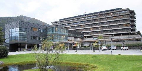 STENGJER: Helse Førde stengjer no sjukehusa for besøkjande. Berre døyande, barn eller funksjonshemma kan ha følgje eller besøk. Fødande får ikkje ha med partner.