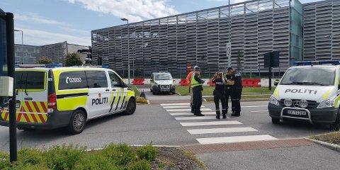 Politiet har sperret av et område med radius på 200 meter rundt heliporten. Inngangen til parkeringshuset og taxifeltet er også stengt.