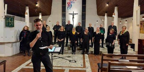 Kantor Wout Bosschaart ønsket velkommen til helt analog høstkonsert med Steinkjer kammerkor denne mørke oktoberkvelden.