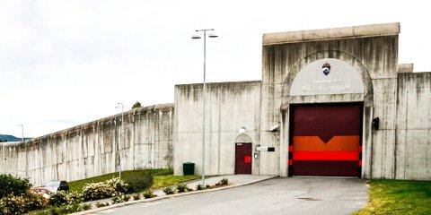 INGEN BESØK: Nesten ingen får komme inn og som vanlig slipper ingen ut. I Skien fengsel forsøker de å holde koronasmitten på utsiden av murene.