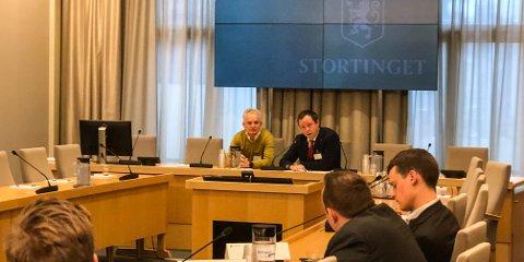 Utvalgsleder Trond Ingebrigtsen og ordfører Robin Kåss taler mot deponiløsningen i Brevik.