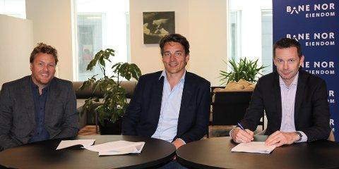 NY AVTALE: Konsernleder Stian Råmunddal i Seltor Gruppen, daglig leder Axel Knutson i Seltor Bolig og utviklingsdirektør Austestad i Bane Nor Eiendom signerte nylig den nye samarbeidsavtalen.