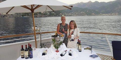 På SEILING: Ida Elisabeth Dønheim sammen med Ms. Ollala Lopez – export manager for Barone Ricasoli, om bord på SeaDream i Middelhavet i sommer. Fra mai er bøfjordingen klar for åtte nye vin-seilinger rundt om i Middelhavet i løpet av sommersesongen.
