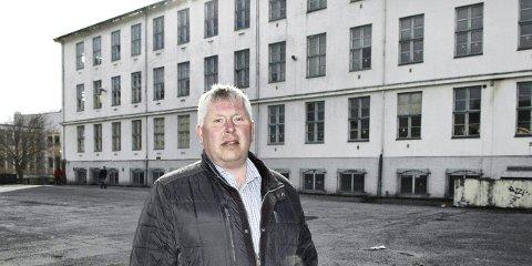 – Det må skje noe snart: Sentralt plassert på kulturhustomta stiller Torbjørn Sagen (H) spørsmål om man har gjort nok på egen kjøl for å få en avklaring på kulturhusprosjektet.