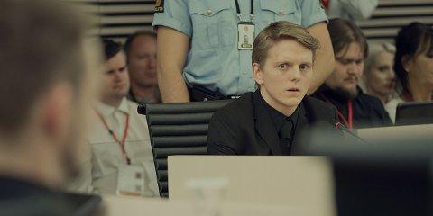 Jonas Strand Gravli spiller Viljar Hanssen i Netflix-filmen «22 July». Anders Danielsen Lie, som spiller terroristen Anders Behring Breivik, vises uskarpt i venstre bildekant.