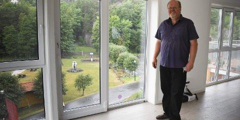 Tjennaparken: - Nå er det ganske nøyaktig ti år siden jeg først tenkte tanken på å bygge her, sier Svein Erik Damsgård om leilighetsbygget som straks er helt ferdig. - Det er klart det er            moro å se det ferdig nå.Foto: Mette Urdahl