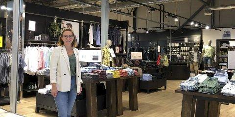 Fulle hyller: Kristin Songe Bakken har fylt opp hyllene med klær, for begge kjønn, og nå også for de litt yngre jentene.  Foto: Siri Fossing