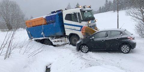 TETT VED:  Bilen til Bergit Ødegård skled rett mot brøytebilen, men stoppa et par centimeter unna plogen. Det gikk ikke fullt så bra etter at de hadde slept bilen hennes et stykke unna. Da sklei den ned igjen og denne gangen traff den plogen.