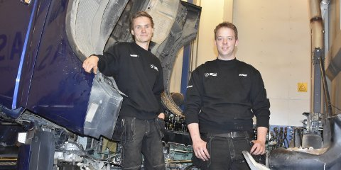 Glade: Jonas Årdal (20) og Bjørn Tore Nyhus (19) (t.v.) har nettopp bestått fagprøva til beste karakter og innsatsen ble kronet med fast jobb hos Oppland Tungbilservice.