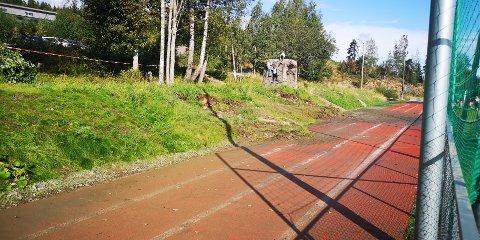FIKK SEG EN TRØKK: Friidrettsanlegget på Slattum er av nyere dato, men har fått noen skader etter flommen på onsdag.