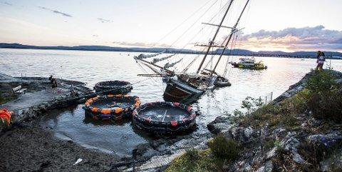 På grunn: «Johanna» og skutas 156 personer fikk et ublidt møte med Nesoddtangen. Ingen ble skadet. Nå skal skuta til Tromsø.