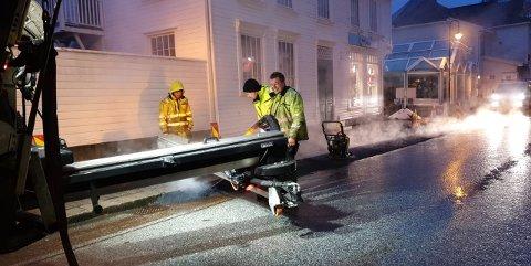 ASFALTERING: Asfalt-gutta fra Asfalt Sør la asfalt i Elvegaten tidlig mandag morgen, slik at det igjen kan parkeres på stedet.