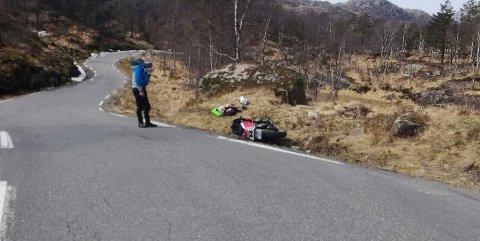 En motorsyklist fra Vennesla slapp fra uhellet uten skader etter møtet med en krapp og uventet sving mellom Sokndal og Moi.