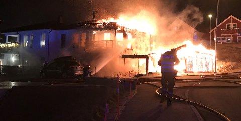 Slik så huset på Grønnåsen ut da flammene herjet som verst tidlig torsdag kveld.
