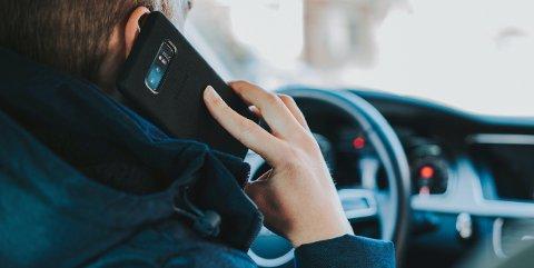 KOSTBART: Bilister som snakker i telefon og kjører samtidig får nå et forenklet forelegg på 5.000 kroner.