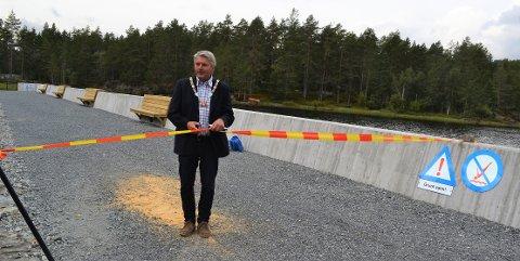 KLIPPING. – Et kjempeflott anlegg og et fornuftig prosjekt, mente ordfører Knut Kvale da han offisielt sørget for at den nye Hoensvannsdammen var ferdig.