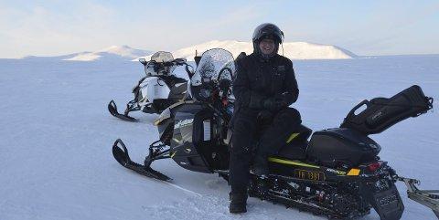 Paradiset: Fredrikstad-mannen Terje Carlsen har bodd i Longyearbyen i to perioder på til sammen 16 år sammen med familien. Scooterturene er noe av det han vil savne når de nå flytter sørover. – Det er en unik frihetsfølelse å kjøre 20–30 mil på scooter, helt alene i et fantastisk landskap, forteller Carlsen.