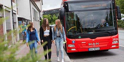 – KJØR DEM I BIL, ISTEDEN: Foreldre til alle fylkets skoleelever får nå en oppfordring som er den stikk motsatte av alle tidligere oppfordringer de har fått: Dropp bussen – kjør elevene til skolen, isteden.
