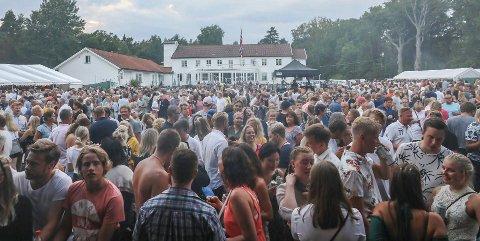 Fullt hus, jubel og rekord: Hvaler Gjestgiveri avsluttet konsertene på Plenen med 3.000 publikummere. Det kom tre ganger så mange på ti dager. Det er rekord for SommerfestiHvaler ute på landet.