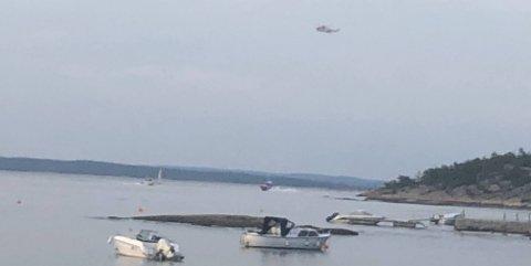 Både Sea King, to politibåter og redningsskøyta er kommet til stedet, ifølge Fredriksstad Blads journalist i nærheten. Her er de på vei til stedet hvor ulykken har skjedd.