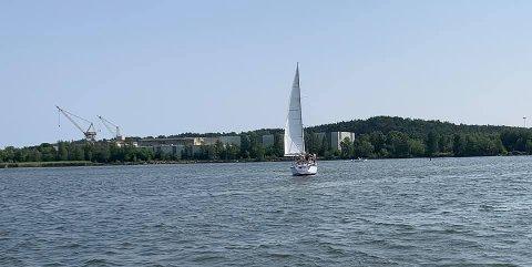 En seilbåt står på grunn i Gressvikfloa.
