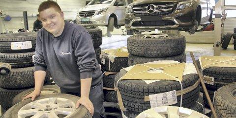 HJULA I GANG: Joakim Bråten er med på å holde hjula i gang ved Kongsvinger Bilsenter. Vår og høst arbeider han med klargjøring og skifting av dekk.BILDER: SIGMUND FOSSEN
