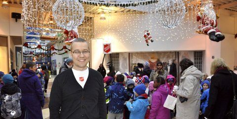 BLI MED: Thomas Schou Andersen lurer på om du har lyst til å stå vakt ved julegryta i Tista senter. Meld deg. Arkiv: Øivind Kvitnes