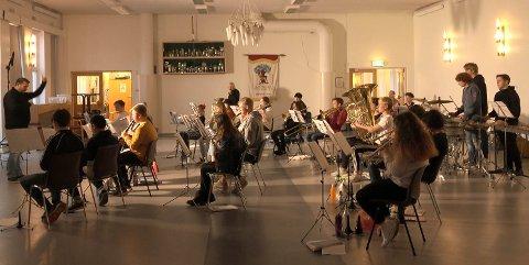 HØSTKONSERT: Halden skolemusikkorps øver i aulaen på Hjortsberg skole. De siste månedene har konserten i Salen vært det store målet.
