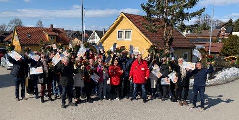 56 VINNERE: 56 vinnere fra Hamar samlet for å være med på sjekkåpningen i Postkodelotteriet.
