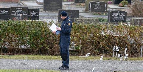 Krimteknikere i arbeid på Vår Frelsers gravlund etter drapet på Bjørg Marie Skeisvoll Hereid. – Jeg frykter at også min sønn kan komme til å gjøre noe slikt, sier en mor til en i perioder psykotisk sønn.