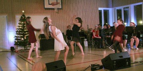 Dans: F.v Emma Breirem, Nora Thrana, Emilie Hagen og Miriam Endresen
