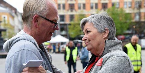 NÆRT MØTE: Per Ove Hauan fra Mosjøen fikk LO-leder Gerd Kristiansen i tale etter å ha holdt appell på Youngstorget.