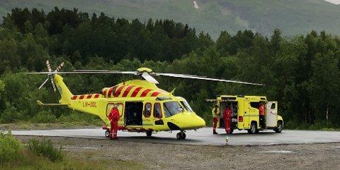 HELIKOPTER: En pasient blir hentet av helikopter på landingsplassen nær Sonjatun i Nordreisa. Ved to anledninger i juli i fjor nektet AMK å sende ut helikopteret for å hente kritisk syke pasienter. Foto: Ola Solvang