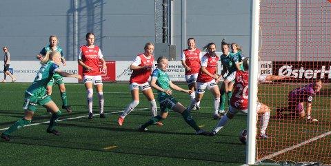 UTROLIG: Her ble det ikke scoring til Klepp, selv om spillerne stod i kø for å få ballen i mål. Fra venstre ser vi Helle Marie Sandved-Klungtvedt, Heidi Byberg, Oline Øfsteng, Mari Siqveland, June Kvamsø, Marie Nygård Kjellmann, Eirin Kleppa Undheim, Ine Tveit, Cecilie Mjelde, Synne Thunheim Hove (med ryggen til) og Iselin Evje Rusdal.