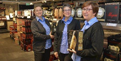 Selger stabilt: Kaja Dyrkorn, bestyrer Ågot Evensen og Kari Johnsen kan bare konstatere at tallene for Vinmonopolet i Kragerø holder seg ganske stabile.
