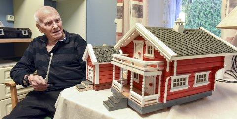 Miniatyrtun på kjøkenet: Gunnvald Eide lagar miniatyrhus også etter at han kom på Halsnøytunet.