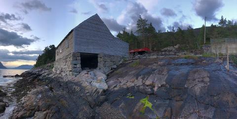 Hilde Solli og Tommy Søllesvik har fått 150.000 kroner i støtte til å restaurera den gamle båtbyggarverkstaden på Ramsgrø gard på Lyngstranda. (Foto: Privat).