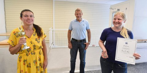 HEDRET: Birgitte Ursin (t.v.) og Rina E. Næss ble hedret på Bks årsmøte nylig. I midten avtroppende BK-leder Ole Jens Brekke. FOTO: OLE JOHN HOSTVEDT