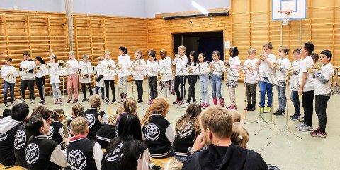 OPPVISNING: Elevene på 4. trinn på Åvangen skole bød på konsert med pocket kornetter torsdag.