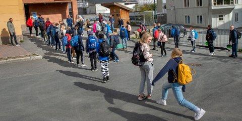 EN METER: 7-trinn stiller opp i skolegården med en meters avstand mellom hver.