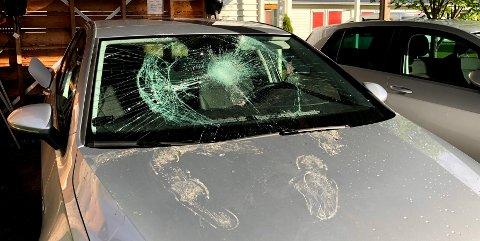 FOTSPOR: Den som har forsøkt å stjele bilen har etterlatt seg fotspor på panseret og et stort merke i frontruta.