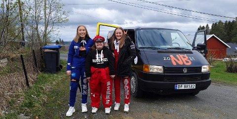Rikke (midten) feirer russetida sammen med venninnene. Her med Nora Kristine Roen Aas (t.v.) og Ellen Gravdahl. Foto: Privat
