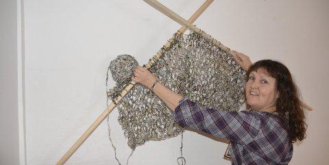 Lise Kristin Almvik (50) har spunnet papirgarn med håndtein. Det store strikketøyet ser du i Galleri Art To Be på Tomter når utstillingen åpner lørdag ettermiddag.